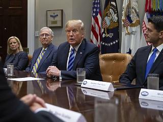Már saját kormányán belül is ezerrel fúrják Trumpot