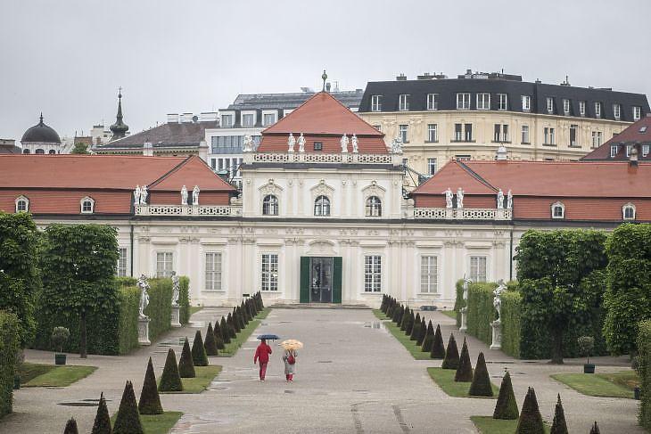 Sétáló emberek a Belvedere kastély és múzeum előtt Bécsben 2020. május 15-én.  A múzeumok nyitva tarthatnak. EPA/CHRISTIAN BRUNA