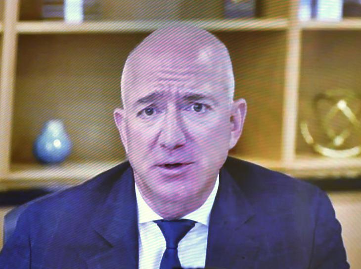 Jeff Bezos amerikai milliárdos, az Amazon internetes kereskedelmi cég alapító vezérigazgatója a képviselőház igazságügyi bizottsága trösztellenes albizottsága előtti, videokonferencián keresztül zajló meghallgatásán a törvényhozás washingtoni épületében, a Capitoliumban 2020. július 29-én. Az amerikai törvényhozók szerint túl nagy hatalomra és befolyásra tett szerint a négy legnagyobb amerikai internetes cég az Amazon, az Apple, az Alphabet és a Facebook. (Fotó: MTI/AP/Pool/Mandel Ngan)