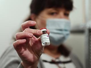 Vakcinaútlevél: a kormány szerint mindegy, mivel oltják be az embert