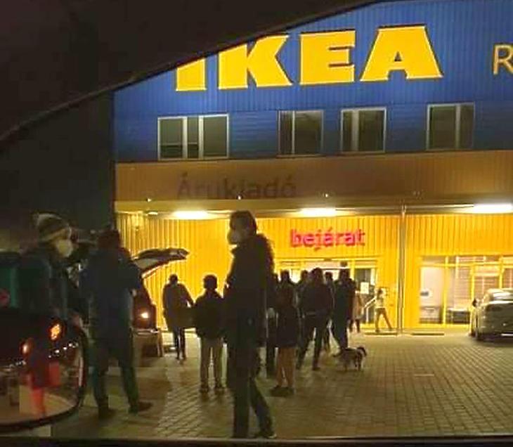 Péntek este néhány perccel a zárás előtt (Forrás: Facebook/IKEA használt bútorok adásvétele)