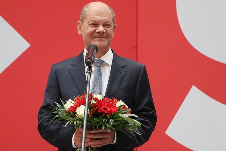 Piros-zöld-piros helyett piros-zöld-sárga (SPD-Zöldek-liberálisok) koalíció jöhet Németországban.  Olaf Scholz, az SPD kancellárjelöltje virágcsokorral a kezében berlini sajtótájékoztatóján a győzelem másnapján, 2021. szeptember 27-én. ˙(EPA/FOCKE STRANGMANN)