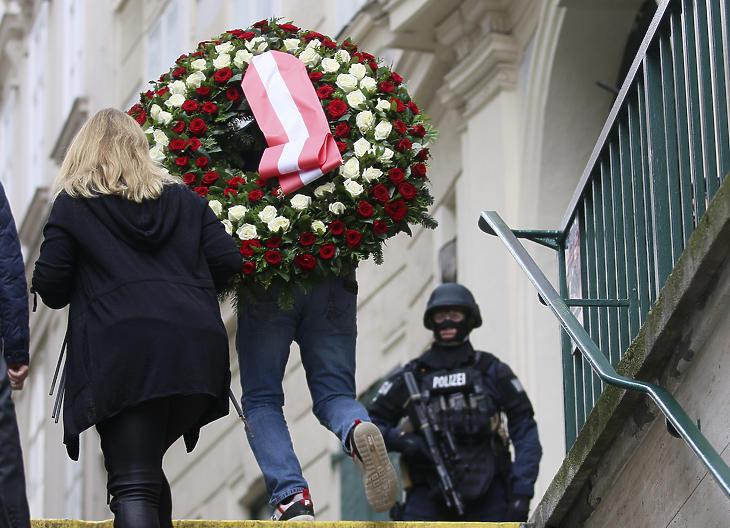 2020. november 3.: koszorút visz egy férfi a Bécs belvárosában az előző este elkövetett merénylet helyszínére. (Fotó: MTI/AP/Ronald Zak)