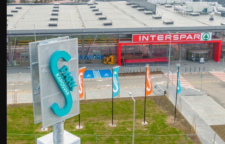 Kaposvár új üzletközpontjának bejárata (fotó: SES)