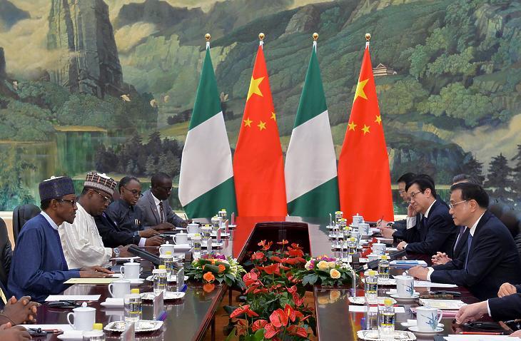 Muhammadu Buhari nigériai elnök (balra) és Li Ko-csiang, Kína miniszterelnöke (jobbra) tárgyal Pekingben, 2020. április 13-án. (Fotó: Kenzaburo Fukuhara/AFP/Getty Images)