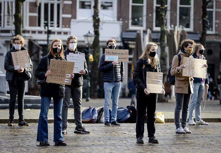 A koronavírus-járvány miatt bezárt középiskolák, kollégiumok és egyetemek mielőbbi újranyitását követelik holland diákszervezetek tagjai Hágában 2021. február 17-én. (Fotó: MTI/EPA/ANP/Robin Van Lonkhuijsen)
