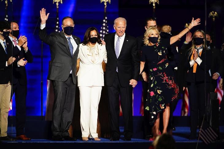 Joe Biden és felesége, Jill Niden, valamint Kamala Harris és férje, Doug Emhoff a színpadon a Delaware állambeli Wilmingtonban rendezett ünnepségen 2020. november 7-én. MTI/EPA/Jim Lo Scalzo