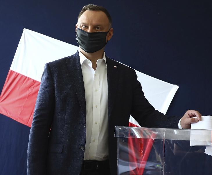 A koronavírus miatt védőmaszkot viselő Andrzej Duda lengyel államfő, a kormányzó Jog és Igazságosság (PiS) jelöltje a lengyel elnökválasztás első fordulójában Krakkóban 2020. június 28-án. MTI/AP/Beata Zawrzal
