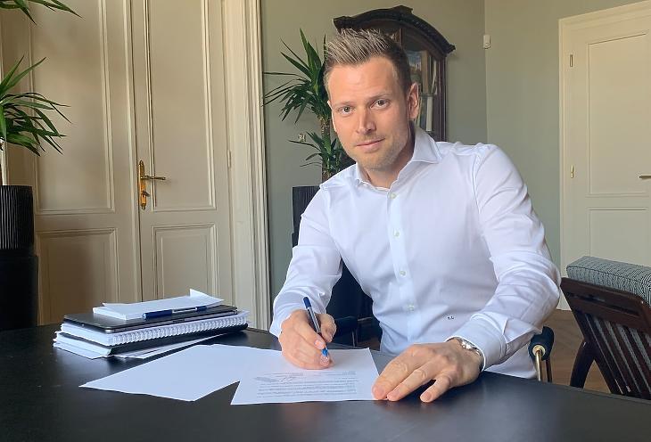 Milliárdos osztalékhoz jutott Orbán Viktor veje a félkész hotel eladásából