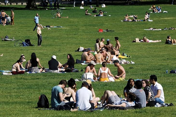 A közösség a fertőzéstől is megvéd - vagy mégsem? Pihenő emberek a New York-i Central Parkban 2021. május 14-én. EPA/Peter Foley