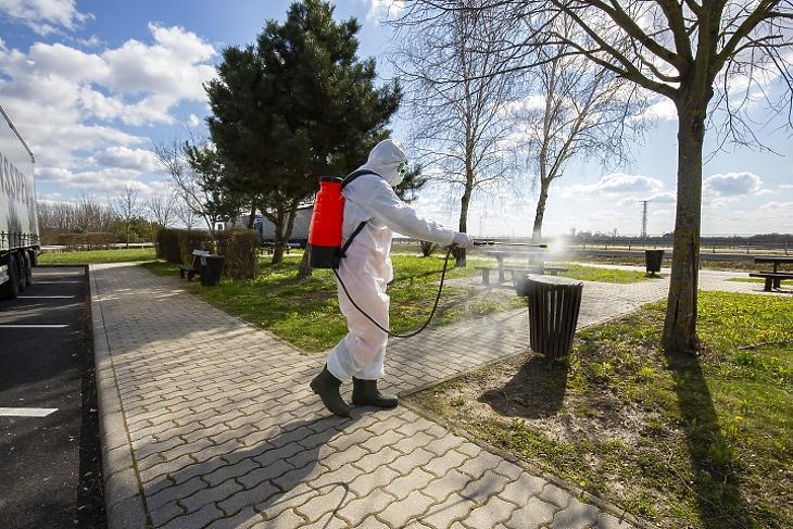 A Magyar Közút Nonprofit Zrt. munkatársa hulladékgyűjtőt fertőtlenít Zala megyében, az M70-es autópálya csörnyeföldi pihenőjénél. Fotó: MTI/Varga György