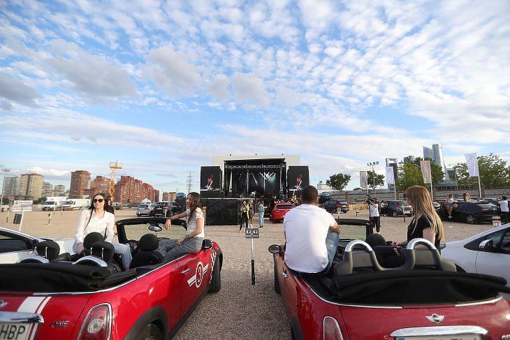 Nézők várnak a fellépőkre egy autósmozis koncerten Madridban 2020. június 17-én. EPA/JUANJO MARTIN