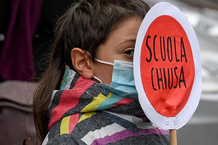 Nápolyban gyerekeikkel együtt tüntettek szülők az iskolabezárások ellen 2021. január hetedikén. EPA/CIRO FUSCO