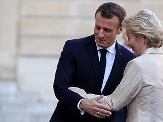 A nap képe: csinos nőt fogadott Macron az elnöki palotában