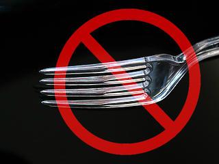 Meglepő korlátozás az éttermekben: kitiltják az evőeszközöket?