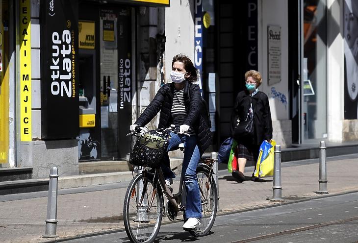 Járókelők Zágrábban 2020. április 30-án. A horvát kormány három lépésben enyhít a koronavírus-járvány megfékezésének céljával bevezetett korlátozásokon, az első könnyítés pár nappal korábban lépett életbe. MTI/EPA/Antonio Bat