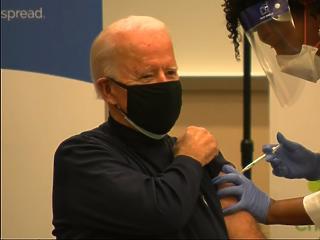 Joe Bident beoltották koronavírus ellen