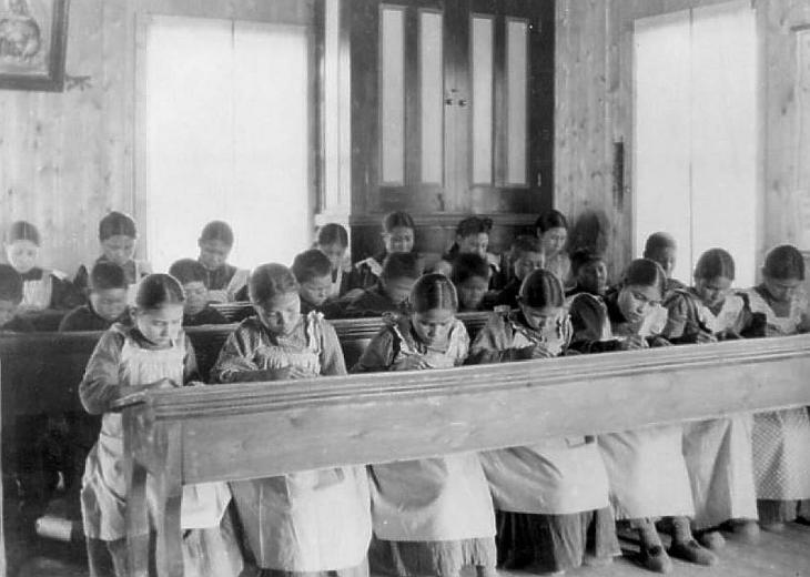 Őslakos diákok tanulnak egy bentlakásos iskolában (Forrás: Wikimedia Commons/Public Domain(