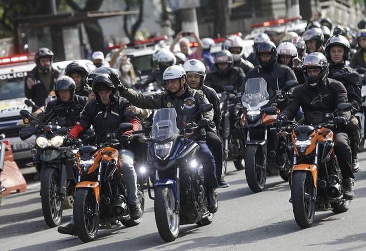 Jair Bolsonaro maszk nélkül a Sao Paulo-i motoros felvonuláson. Fotó: AP News