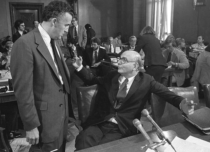 Paul A. Volcker (ül) a Fed egykori elnöke egy szenátusi meghallgatáson (Forrás: federalreservehistory.org)