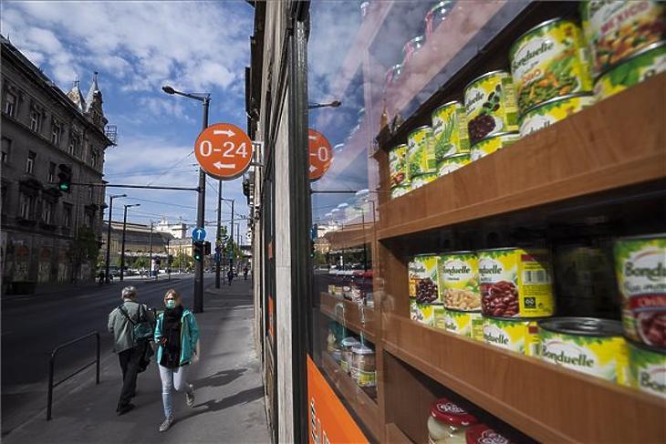 Védőmaszkot viselő járókelők egy fővárosi üzlet előtt 2020. április 27-én. MTI/Mónus Márton