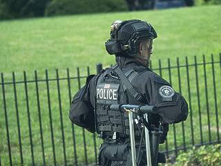 Lövöldöztek a Fehér Háznál, félbeszakadt Trump sajtótájékoztatója
