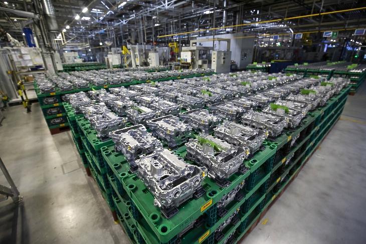 Az új motorok blokkjai a PSA fejlesztésű, háromhengeres, benzines turbómotorok sorozatgyártásának megkezdése alkalmából rendezett ünnepség napján a szentgotthárdi Opel gyárban 2020. január 9-én. A motorok gyártását egy 38 millió eurós - több mint 12 milliárd forintos - beruházásnak köszönhetően kezdték meg ezen a napon. MTI/Varga György