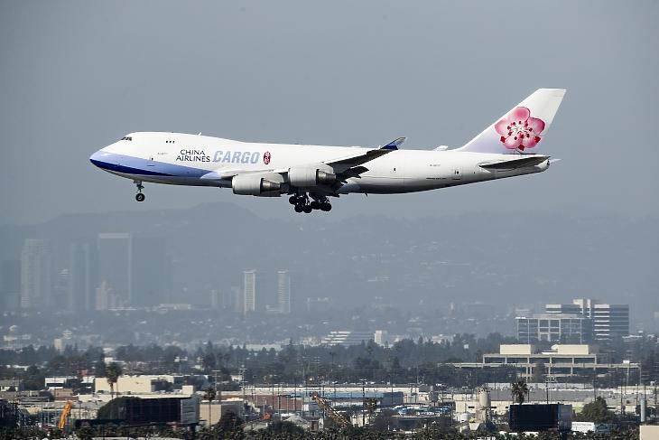 A China Airlines Cargo Boeing 747-ese leszállni készül Los Angelesben, 2020. márciusában. Kína repülőgép-megrendeléseit is érinthetik a belengetett válaszintézkedések. Fotó: EPA/Etienne Laurent