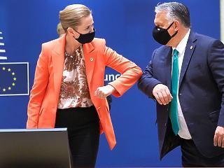 A nap képe: csinos nővel könyökpuszizott Orbán Viktor