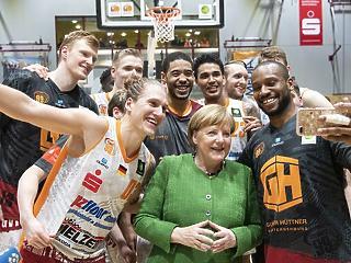 A nap képe: izmos fiúkat mustrál Angela Merkel