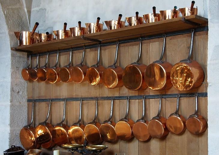 Rézedények egy régi konyhában (Pixabay.com)