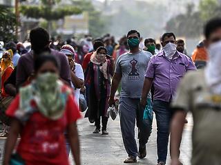 Koronavírus: rekordszámú megbetegedés Indiában, mégis lazítanak