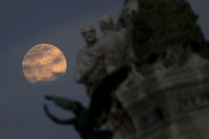 Szuperhold a római Velence téren 2020. április 7-én. EPA/Massimo Percossi