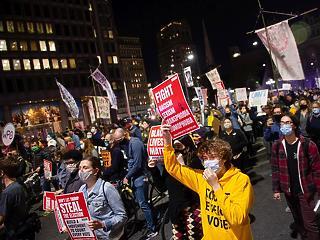 Biden nyerésre áll - tüntetési hullám indult Amerikában