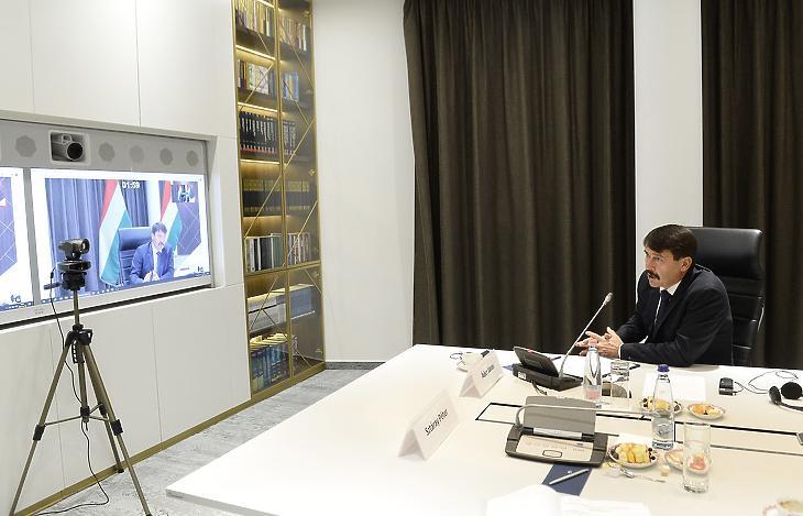 A Három Tenger Kezdeményezés 2020. október 19-i konferenciáján videón csatlakozva Magyarország is részt vett, itt épp Áder János köztársasági elnök szólal fel Budapesten, a Külgazdasági és Külügyminisztériumban. (Fotó: MTI/Soós Lajos)