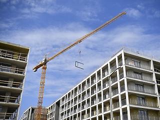 Káosz fenyeget a lakáspiacon - az eladóknak is illetéket kellene fizetniük?