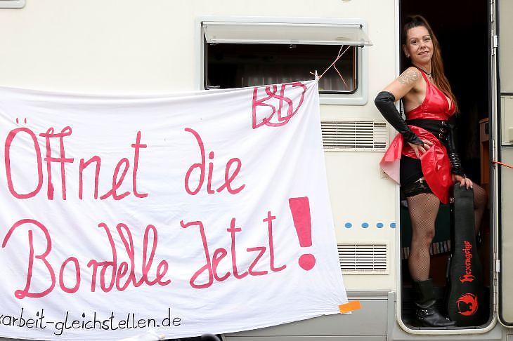 Nyissátok ki a bordélyokat. Most. - hirdeti egy transzparens a szexmunkások tüntetésén a düsseldorfi tartományi parlament előtt 2020. augusztus 27-én. EPA/FRIEDEMANN VOGEL