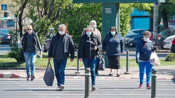 Vírus elleni maszkban az utcákon (Pixabay.com)