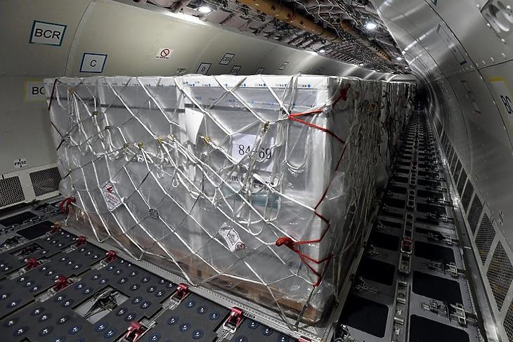 Drága, de legalább van: a kínai Sinopharm első szállítmánya a Külgazdasági és Külügyminisztérium által vásárolt Airbus 330 teherszállító repülőben a Liszt Ferenc-repülőtéren 2021. február 16-án. MTI/Máthé Zoltán