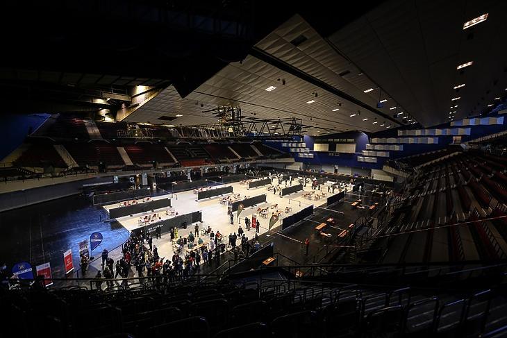 Bécsben az egyik teszthelyszín a Stadthalle sportcsarnok. A katonákat már tegnap tesztelték. EPA/CHRISTIAN BRUNA