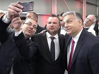 A nap képe: hatalmas szelfiket toltak Orbán Viktorral