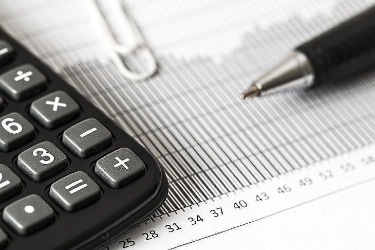 Fotó: A papír, ceruza, zsebszámológép már a múlté, szoftverek és a NAV rendszere segítik az adóbevallást. (Fotó: Pixabay.com)