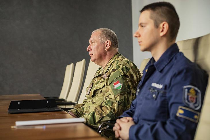 A Honvédelmi Irányító Törzs az egyik társaságnál (Fotó: honvedelem.hu)