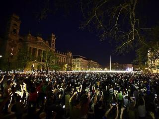 Megtelt az utca: több tízezren vonultak ki tüntetni