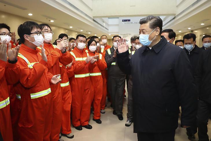 A Hszinhua hírügynökség által közreadott képen Hszi Csin-ping kínai elnök látogatást tesz egy vállalatnál a kelet-kínai Csousan kikötőjében 2020. március 29-én. MTI/AP/Hszinhua/Shen Hong