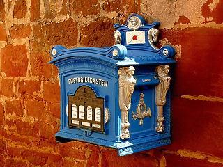 Másfél méterről adják át a postai küldeményeket – megjelentek Orbán rendeletei