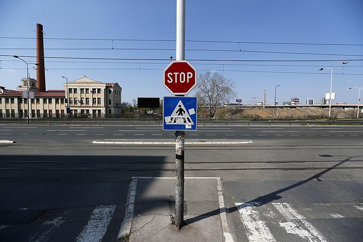 Néptelen utca Belgrádban 2020. április 4-én, már a kijárási korlátozás idején. MTI/AP/Darko Vojinovic