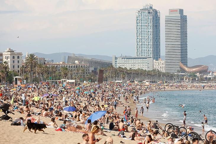 Indul a szezon: fürdőzők a La Barceloneta strandon Barcelonában 2021. május 30-án. EPA/Quique Garcia