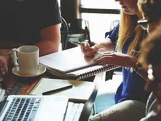 Optimisták és fizetésemelésre számítanak a dolgozó fiatalok
