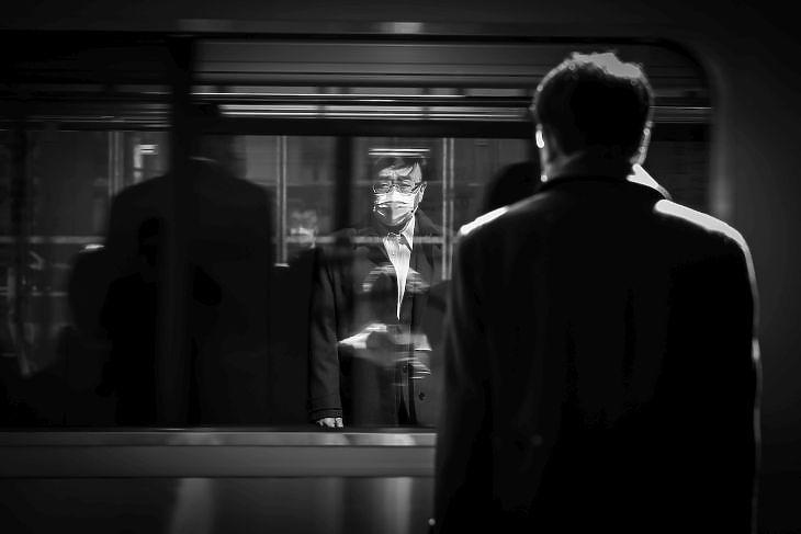 Ingázó férfi a Shibuya vasútállomáson Tokióban 2020. április 14-én. (Illusztráció) EPA/DAI KUROKAWA